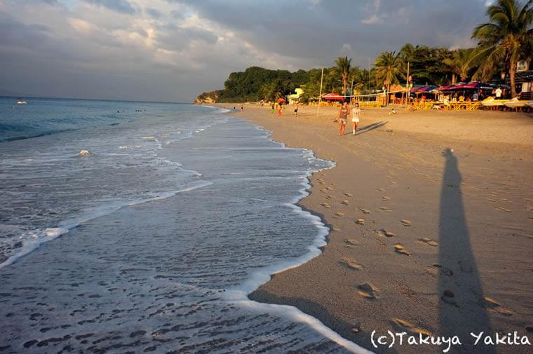 様々な国の人と、ワイワイ美しい夕焼けをシェアしたい気分のときはやっぱりホワイトビーチ。