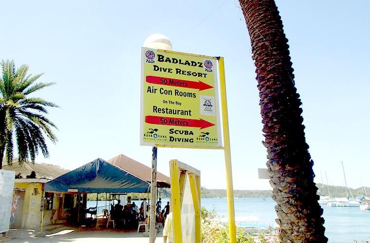バッドラズはムリエ港チケットカウンターの東側にあります。海沿いの細い通り歩いてすぐです。