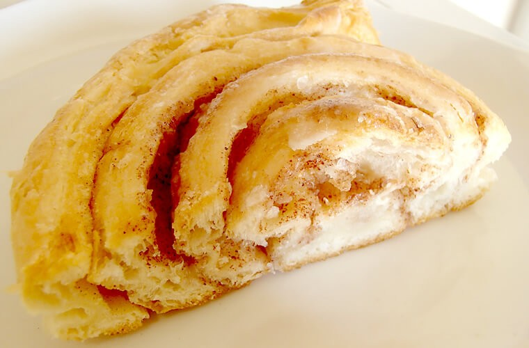 プエルトガレラのパン屋、スイスベーカリーで美味しいパンがひとつ30ペソほど!おすすめはさくさくのシナモンロール。