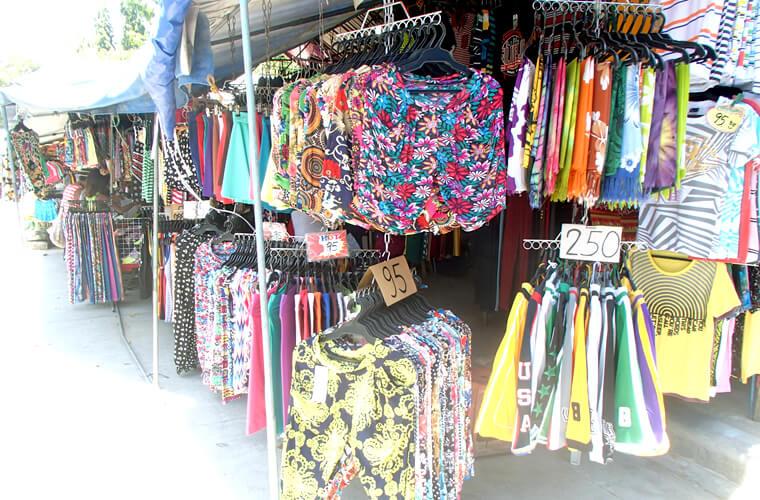 洋服のお店が多いです。普段より安いのかな??