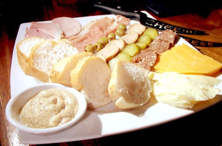 チーズとハムの盛り合わせ:250ペソ