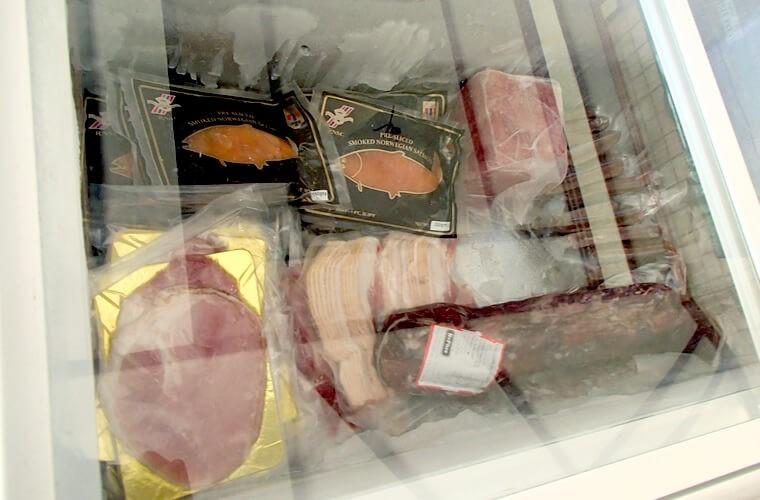 店内の冷蔵庫・冷凍庫にはサーモン・ハム・サラミ・ベーコンなどが売られています。ちなみにベーコン1パックは165ペソとのこと