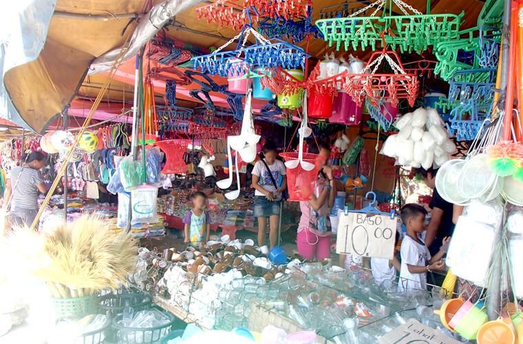 お祭りですが生活用品系のお店も多いです。