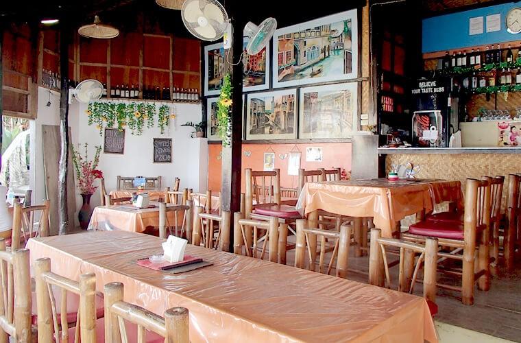 絵も飾られていて、カジュアルな雰囲気が素敵なレストラン。もちろんビーチも眺められます!