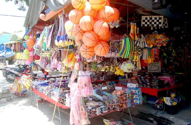 お祭りらしいですね!子ども用の文具屋おもちゃが並びます。