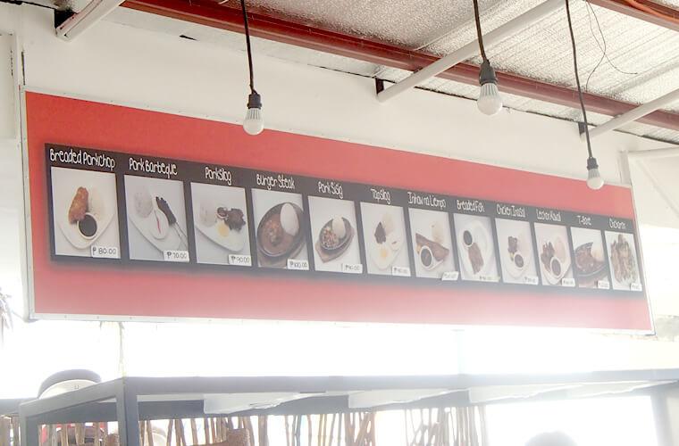 上記と似たような定食系メニューですが、価格が少し安いです。この看板には100ペソ以下のメニューが並んでいます。