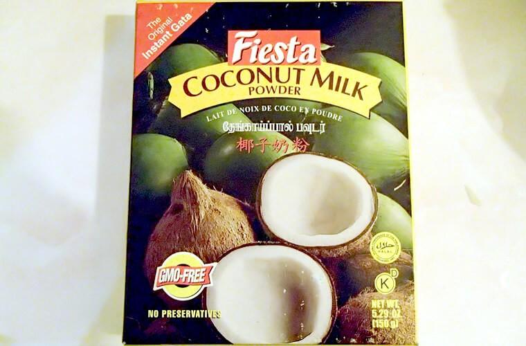 「Fiesta」というメーカーのココナッツミルクパウダーです。プエルトガレラ中心部のマーケット「CANDAVA」にて一箱150g入りを55ペソで購入です。パックの小さいものは一袋50g入りで21ペソです。