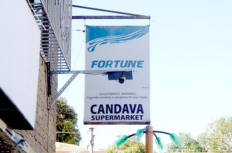 CANVADAの看板。正面玄関はお客さんの出入りがとても多いので、すぐにわかると思います。