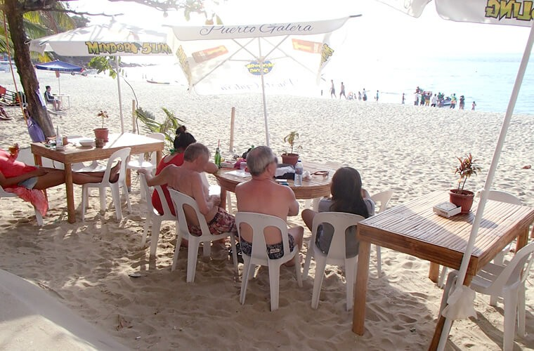 ホワイトビーチ沿いにはたくさんのレストラン&バーが並び、砂の上にテーブルがたくさん置かれています。