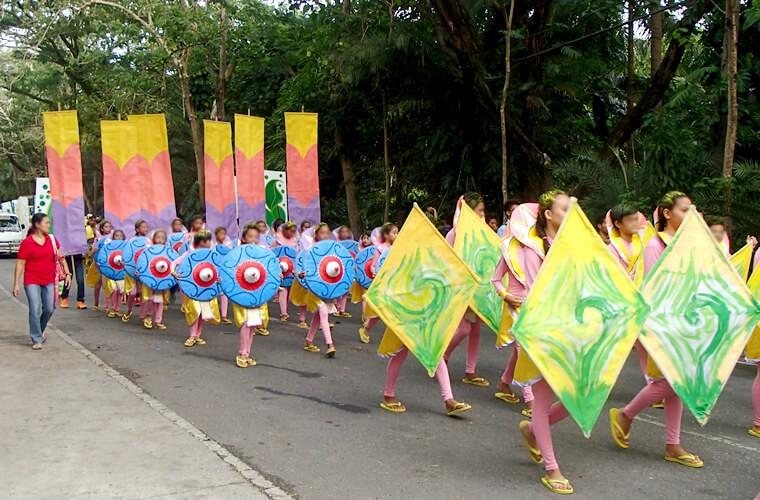 可愛らしいこどもたちのパレードの様子です!小学生くらいのチームには先生が横で引率しているのが伺えます。