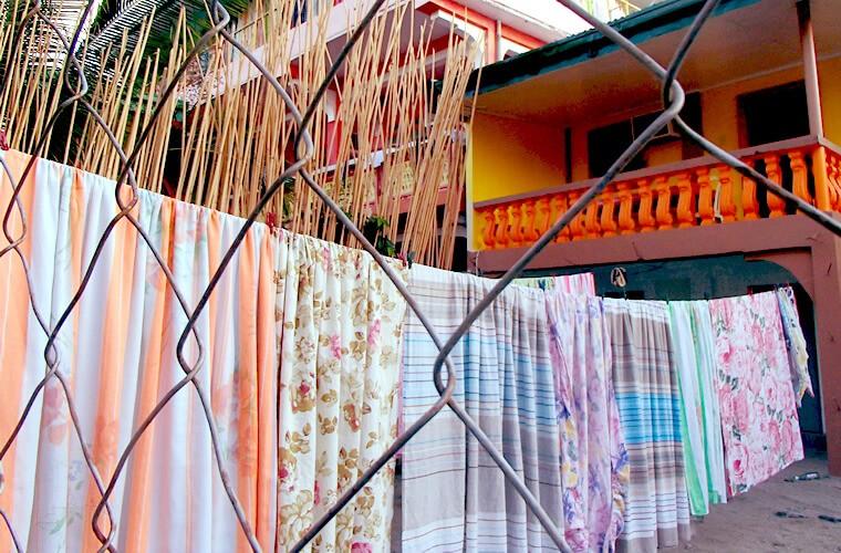 ホテルが多いためか、シーツ類などの洗濯ものがずらーっと並ぶ様子が見られます。