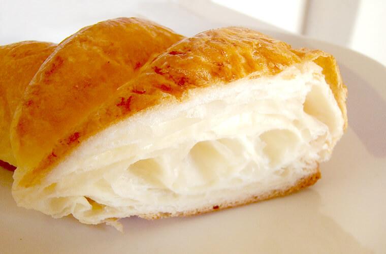 そのままだとふんわりした食感。軽くトースターにかけてハムとチーズを挟むと美味しいです!