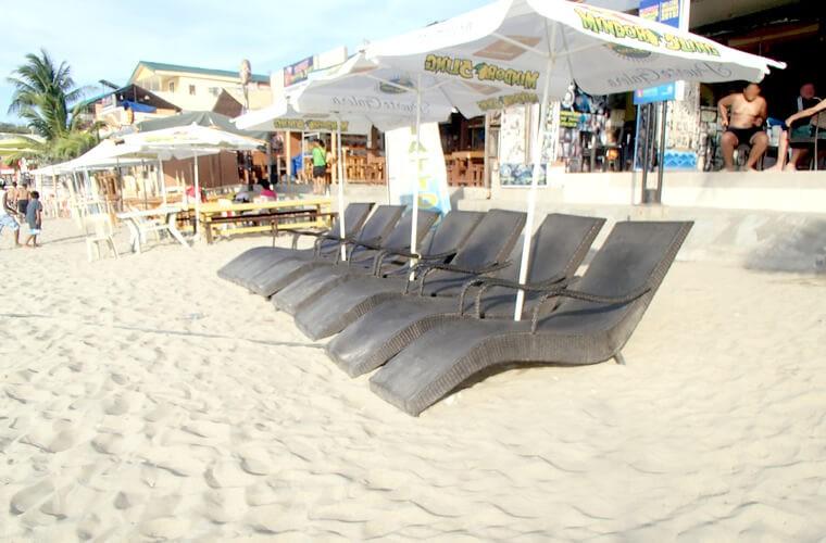 リラックスチェアが設置されているお店も!旅行中くらいは、早い時間からお酒を片手に海を堪能してみては?