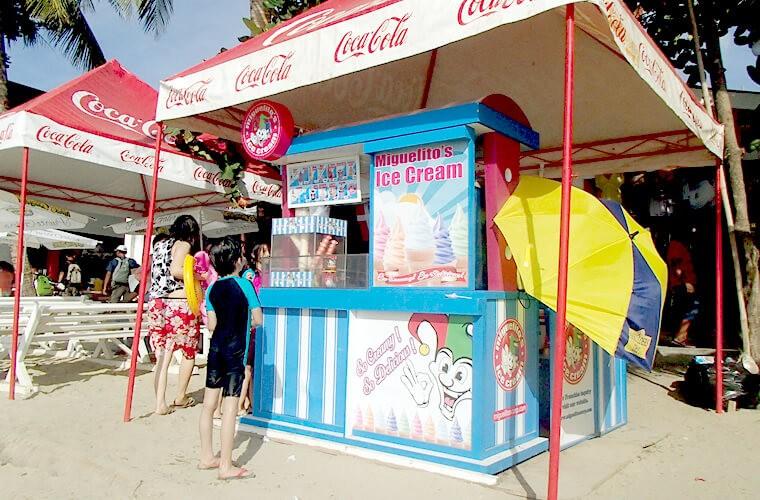 ビーチの各所に食べ物・ドリンク系のスタンドも並びます。