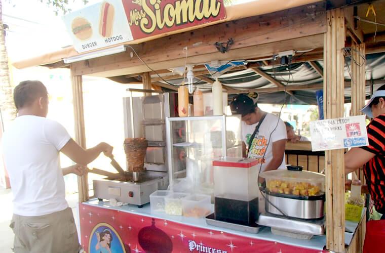 フィリピン人の方が多く並んでた屋台。ハンバーガーやホットドッグ、ケバブなどの軽食を販売しています。