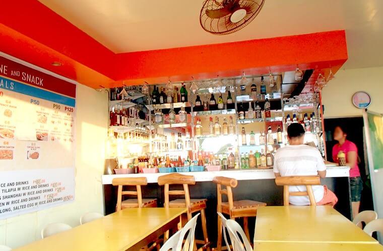 ホワイトビーチには食事も頂けるレストランも多いです!