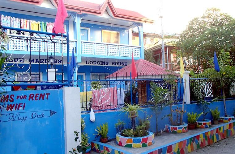 ホテルや貸し部屋はブルー・オレンジ・赤など色が濃い外壁の建物が多いです。