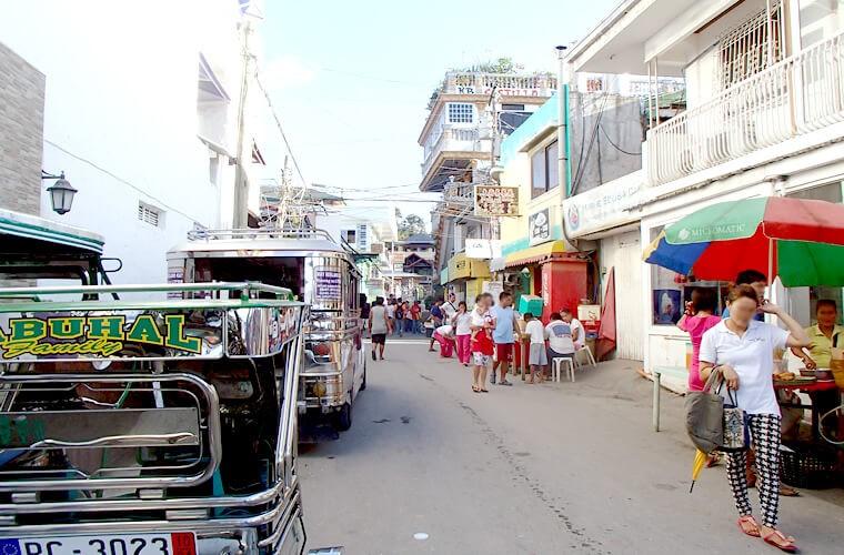 港を出たサバンビーチのメイン道路の風景です。この道をまっすぐ道を進むと「トロピカーナホテル」や「マーメイドホテル」があります。港を左手に出れば「シーショア ビーチ リゾート」など、右手に出ればスモールララグーナ・ビッグララグーナエリアへ。