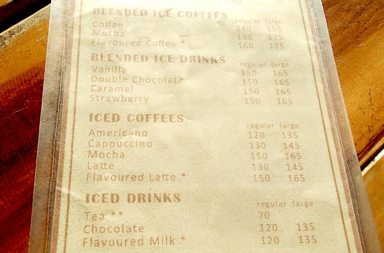 ホットを飲むつもりだったのですが、あんまりの暑さでこの日はアイスコーヒーを注文。