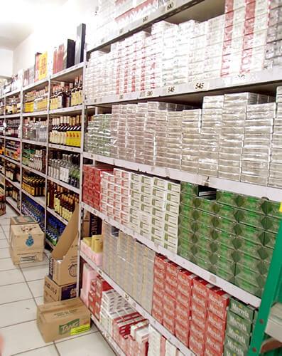 たばことお酒がずらーっと並びます。たばこはカートン売りされています。お酒は頭が痛くなる話をよく聞くので、銘柄はよく見て買ったほうが良いかも。