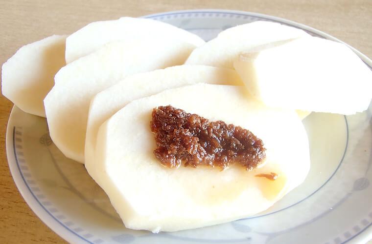せっかくフィリピンに来たならこの食べ方も。南国野菜のシンカマスにバゴーンで!