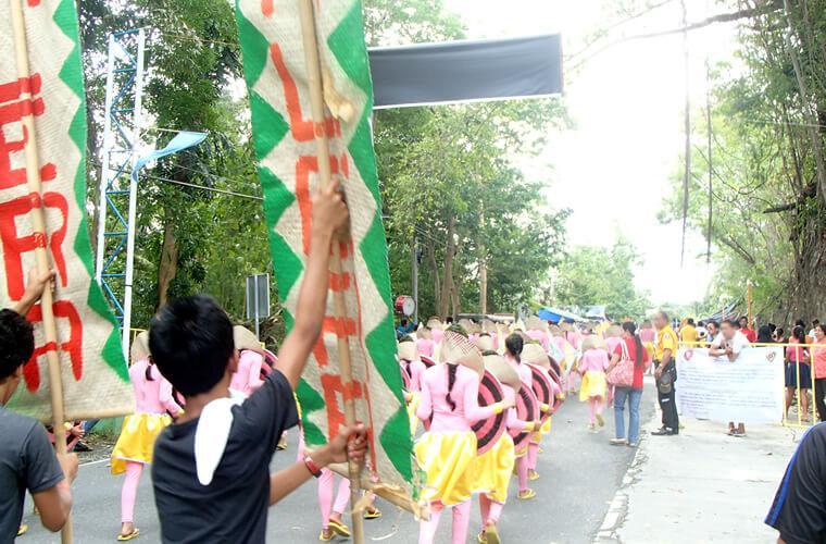 パレード中はムリエ港付近で交通規制も。