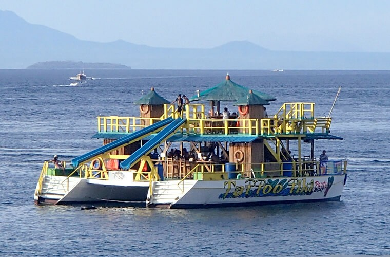 ハイシーズンの海に浮かぶフローティングバー!お酒を飲まない方でも、お子様連れでも楽しめそう!
