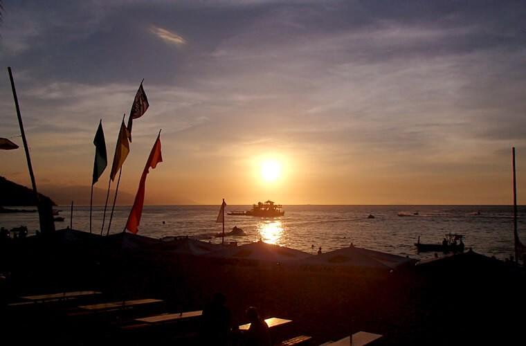 ホワイトビーチの夕焼けをもっと堪能するなら、フローティングバーまで行ってみては?