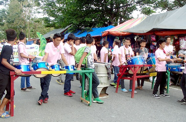 パレードの先頭の方には中学生くらいのバンド?が音をかき鳴らしていました。