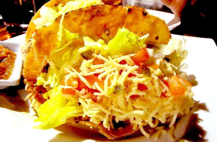 チーズはモッツァレラをセレクト。レタスやトマトなどの野菜も入って女子には嬉しい一品。