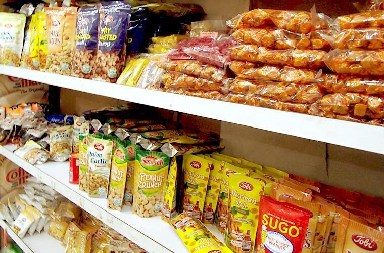 種類が豊富なおつまみのピーナッツの棚。フィリピンのスナック系は種類が豊富に並びます。数は少ないですがプリングルスや外国メーカーのチョコレートなんかもありますよ