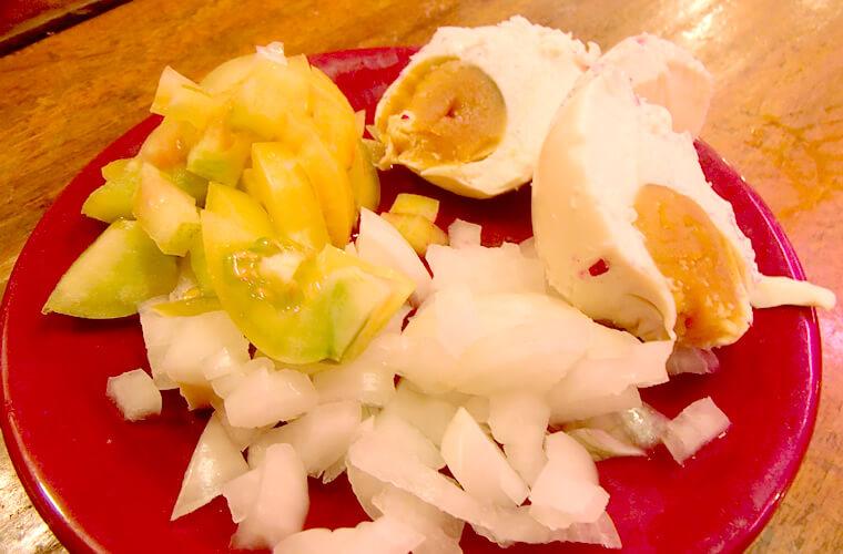 この日以来ハマりっぱなしの塩漬け卵。しょっぱいのですが、生野菜と食べると美味しいです。ひとつ30ペソ。