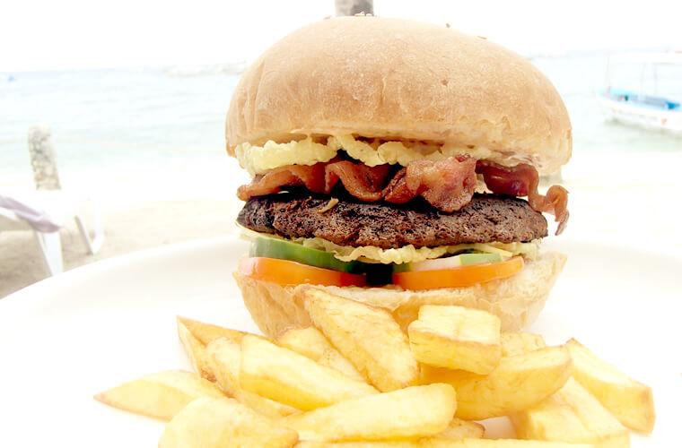 そして海から上がった後は美味しいランチが待ってます!今日はABワンダーダイブのボリュームたっぷりハンバーガーです!