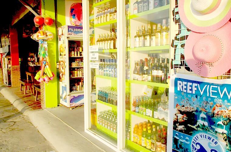 ホワイトビーチの中にはお酒やスナック類が置いてあるコンビニエンスストアもあります。