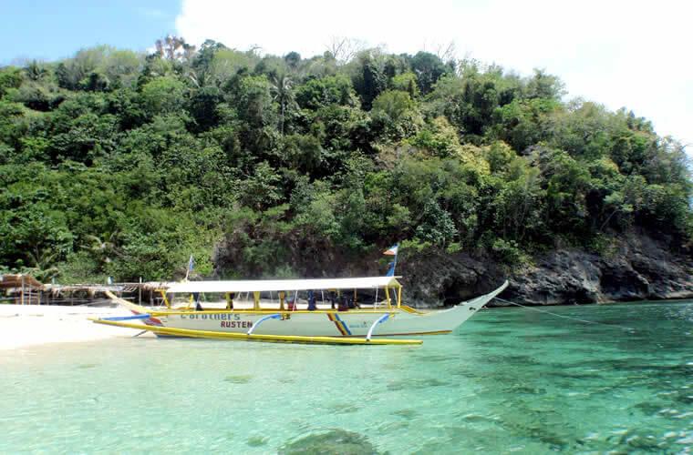 このハリギビーチの両サイドには珊瑚礁が広がりシュノーケルも楽しめます。
