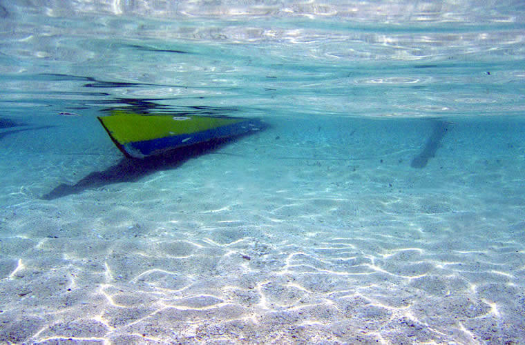 砂浜からそのままフィンとマスクをもって海に飛び込みましょう!