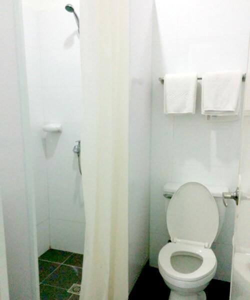 こじんまりしていて、すごく新しくはないですがそれなりのシャワールーム。汚い!とかカビ臭い!とかはなかったので、バジェットホテルとしては十分だと思います。お湯も問題なし!