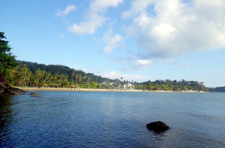 岬から見たプエルトガレラのスモールタビナイ・ビーチ