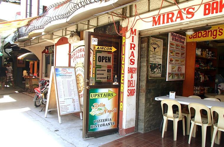 サバンビーチの港からすぐに到着です!港から西へ行く道沿いにあります。1階はナポリのチーズやハムなどが売られているのでそれを探しましょう!隣は韓国食材が販売されているコンビニがあります。