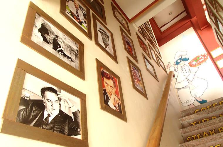 店内や階段には写真や絵が飾られていてオシャレな感じ!