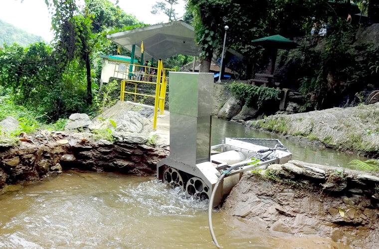 こちらは阿南工業高等専門学校さんが設置した小型水力発電機です!こちらは横に流れる水流の力で最大1kw発電をします。
