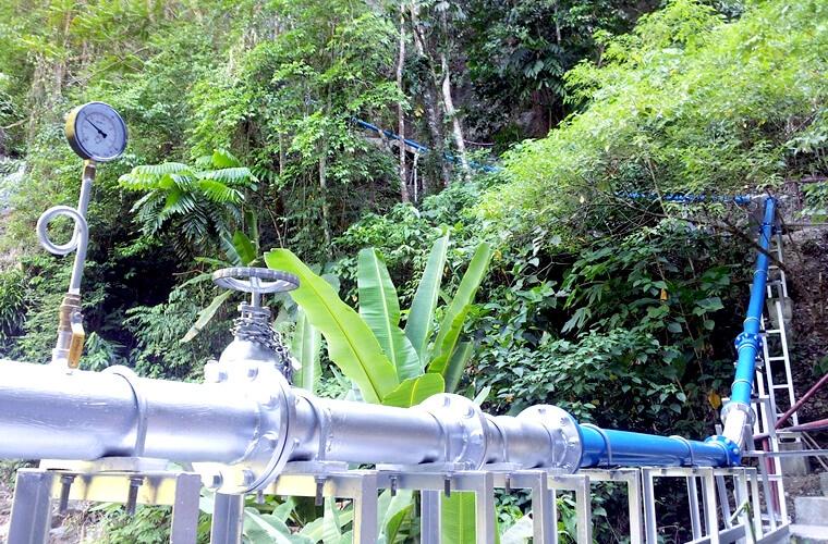 滝の周りを水力発電の配管が通っています。