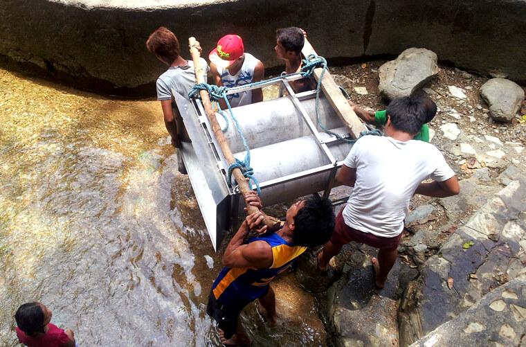 フィリピンの太陽がジリジリと照る中、このプロジェクトにおいて地域住民が集まり設置に向けて協力していました。