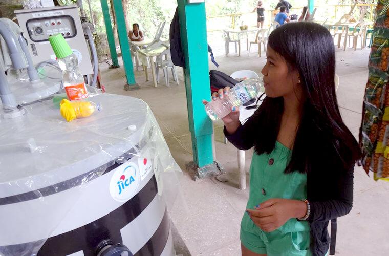 この清潔な飲料水が近隣の人々に配られています。この水を配るために愛媛「渦潮電機株式会社」の電動トライシクルが活用されているんです。