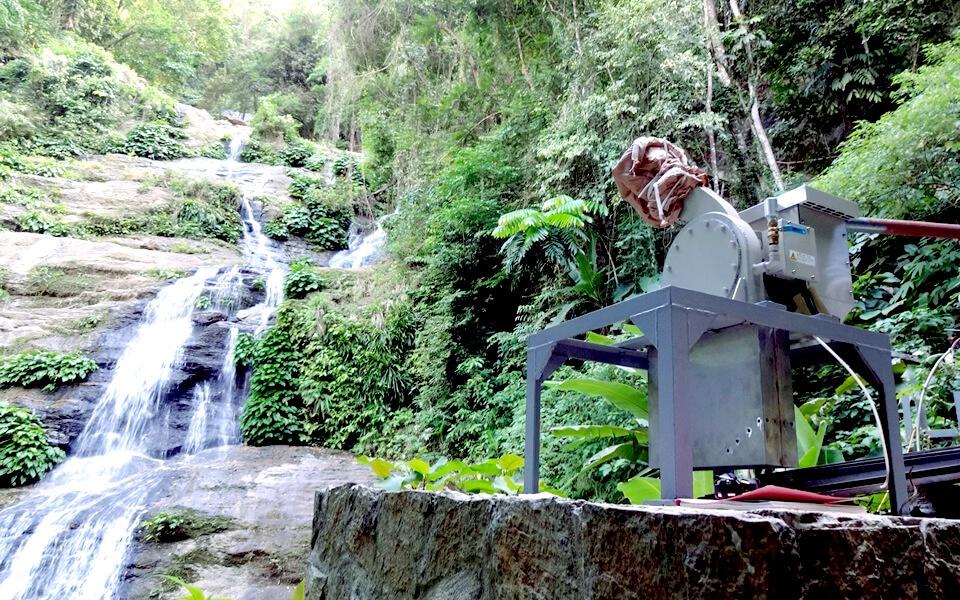 夜もおすすめ。プエルトガレラの観光地「タマラオの滝 Tamaraw Falls」に小水力発電気が設置されました!
